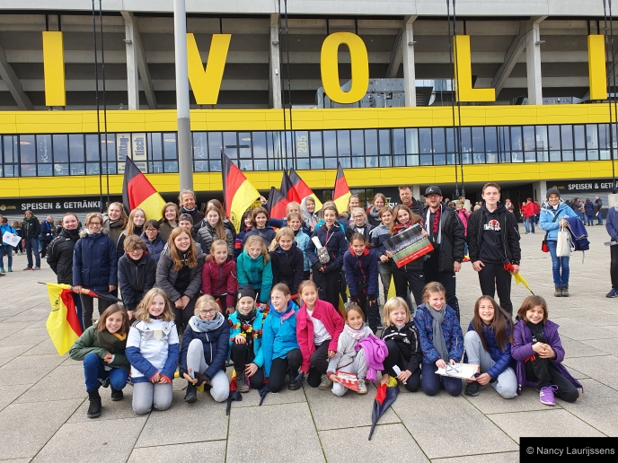 VfJ-Girls beim Spiel der Damen-Nationalelf